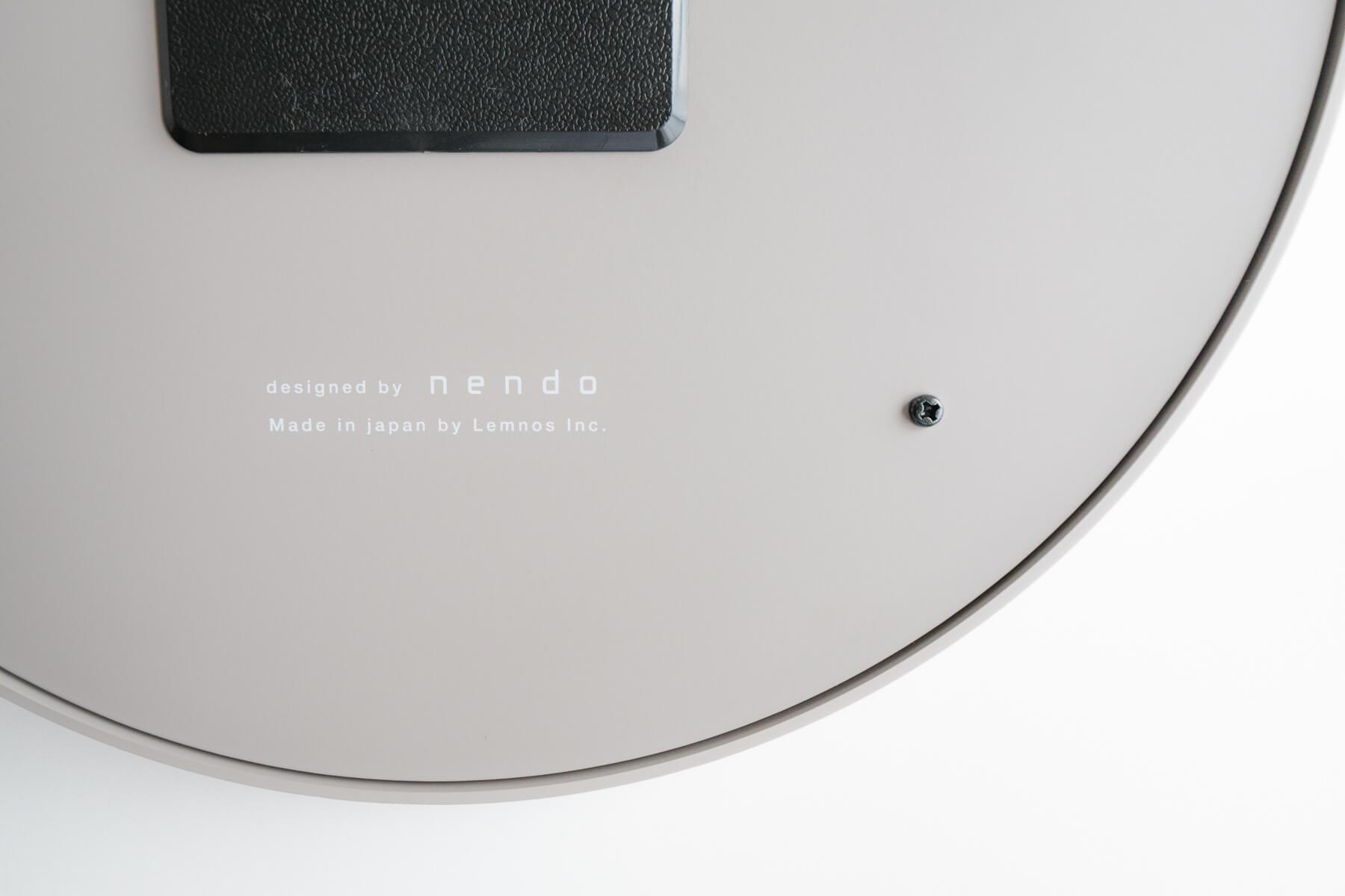 時計の裏面にある designed by nendo
