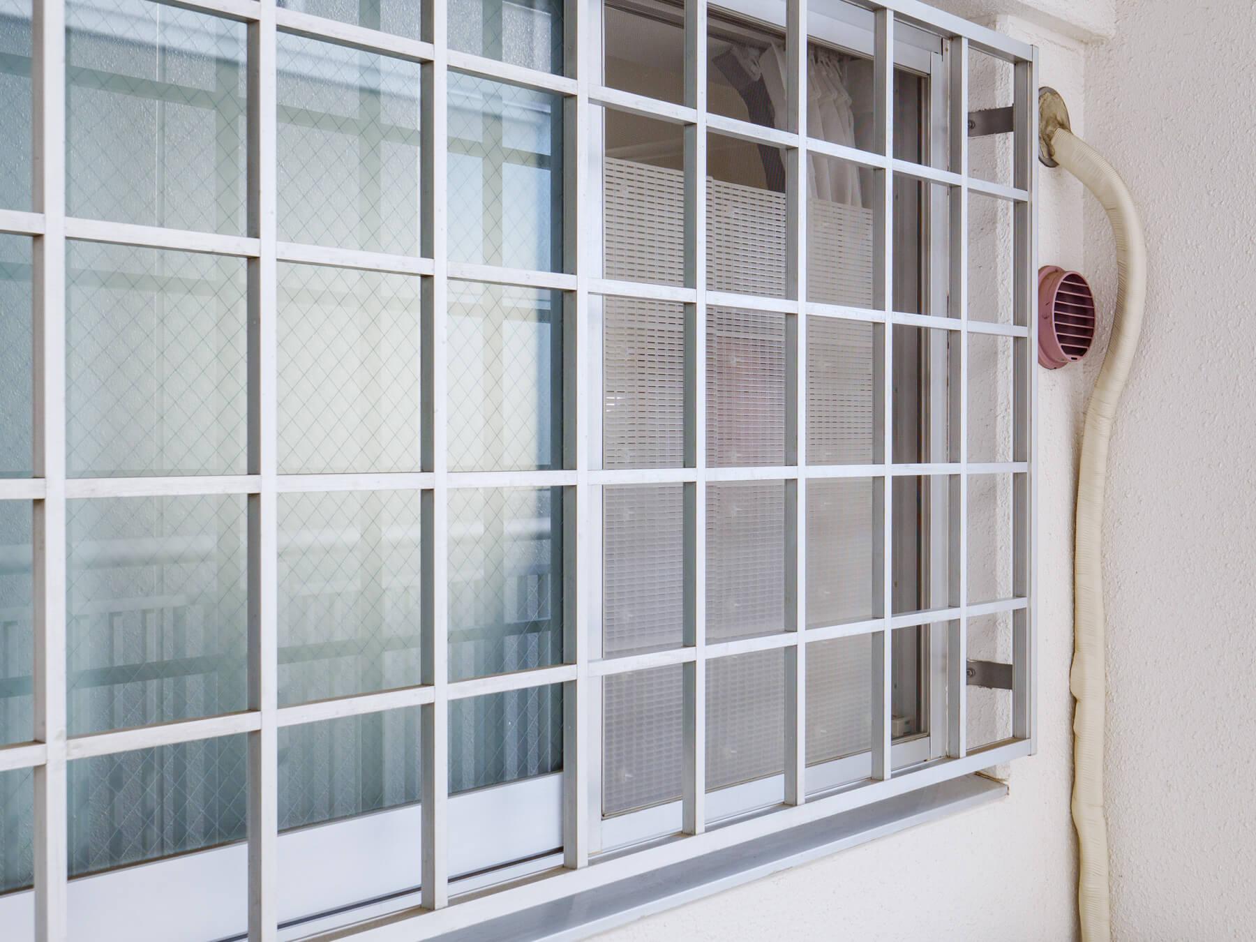 エアリールーバーを取り付けた窓から人が覗いている